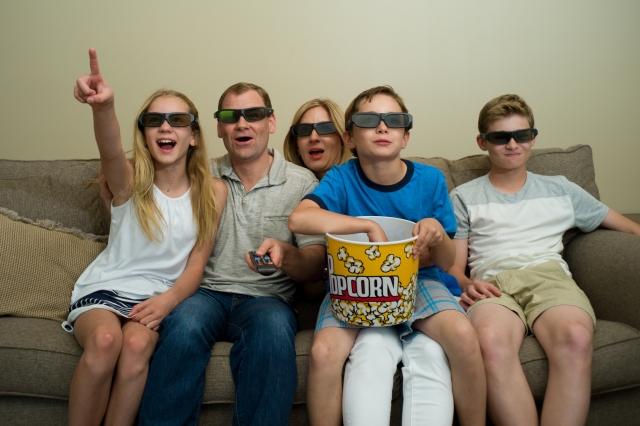 映画を見る家族