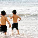 海水浴する子供