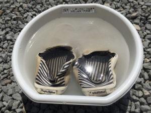 靴を過炭酸ナトリウムに浸け置き