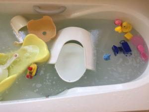 過炭酸ナトリウムを入れたお風呂に小物を入れる