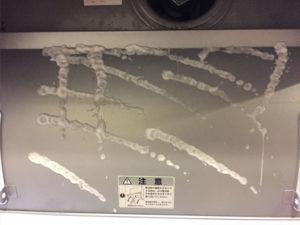 アルカリ電解水を吹きかけた換気扇の内側