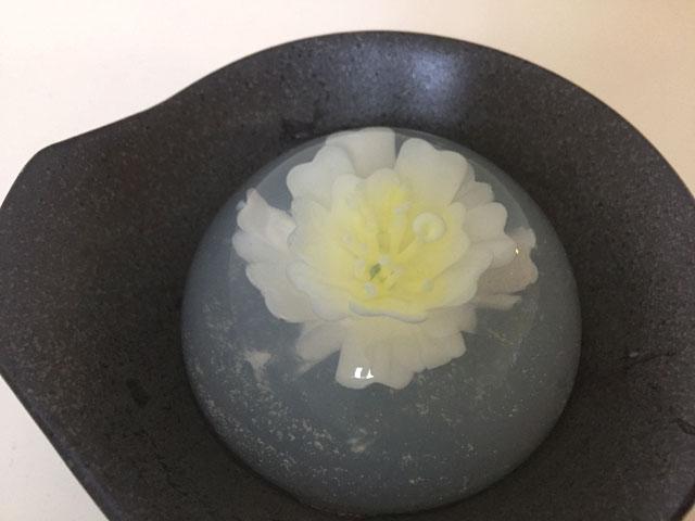 黒い皿に置いたフラワーゼリー-