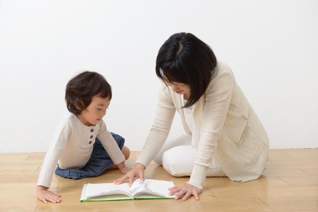 大人も子供も絵本を楽しむ光景
