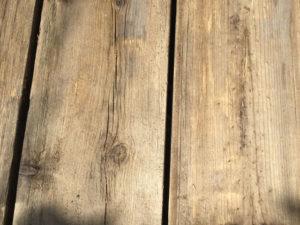 塗る前のウッドデッキの板