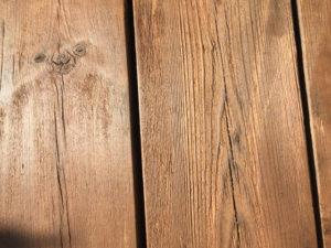 塗った後のウッドデッキの板