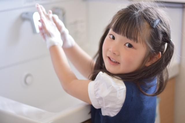 石鹸で洗う子供