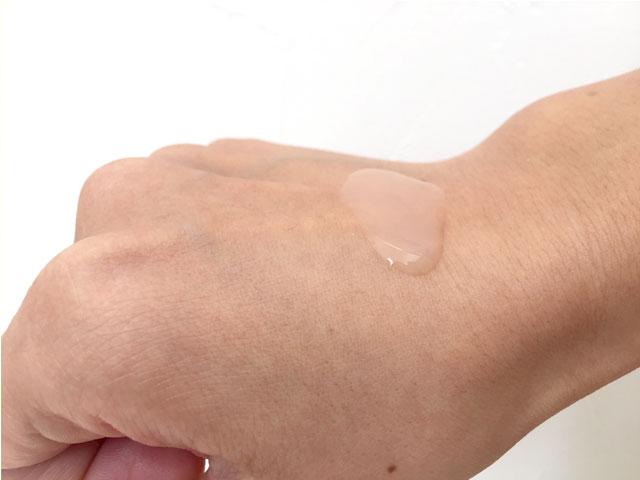 手に取った乳酸菌ローション