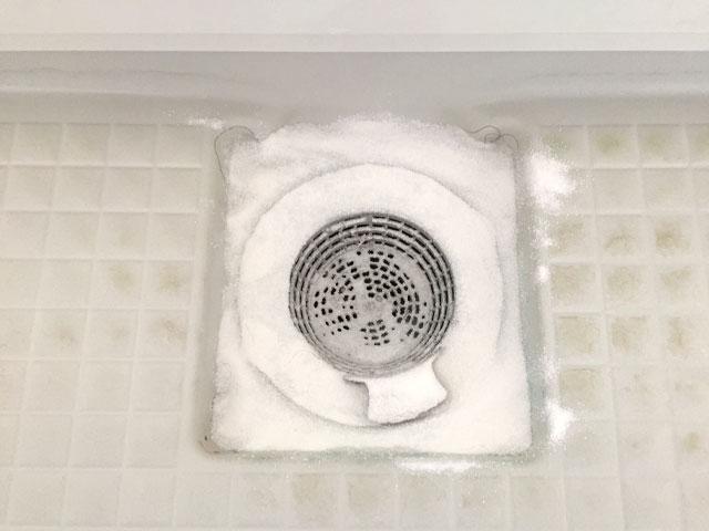 洗剤を振りかけた排水口