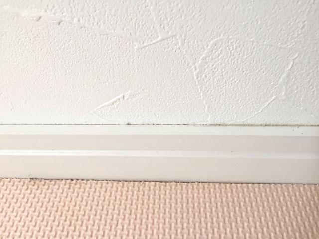 ホコリが積もった壁の隙間