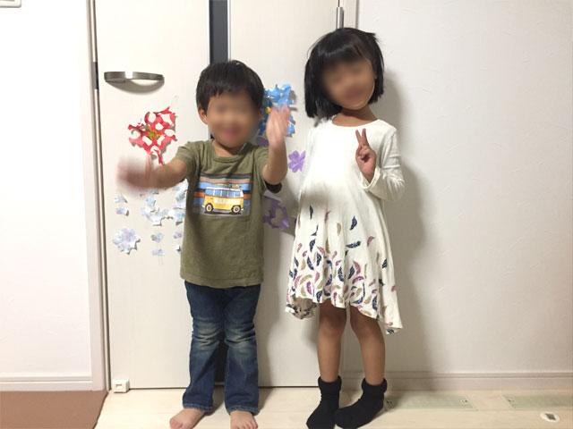 キャリーオンの服を着た子供たち
